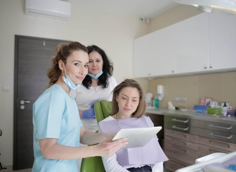 קורס סייעת לרופא שיניים, מכללת UTime - אנו מציעים את הקורס הרלוונטי ביותר לשוק העבודה הכולל סטאז' והשמה. תוכניות לימודים גמישה המאפשרת עבודה במקביל